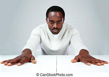 grijs, zittende , serieuze , achtergrond, afrikaan, tafel, man