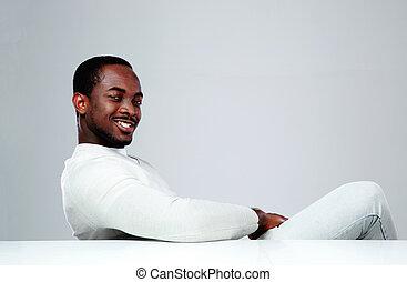 grijs, zittende , vrolijk, achtergrond, afrikaan, tafel, man