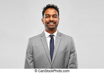 grijze , zakenman, op, achtergrond, indiër, het glimlachen