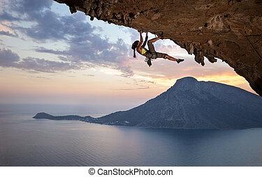 grimpeur, coucher soleil, jeune, femme, rocher
