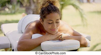 grina, kvinna, på, massage tabell, utanför