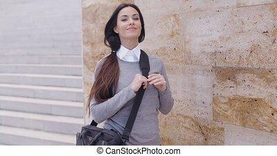 grinning, vrouw, in, trui, dichtbij, muur, kijken over