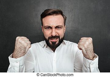 gris, barbu, sien, projection, poings, appareil photo, sur, haut, serrage, isolé, sombre, force, fond, fin, image, homme