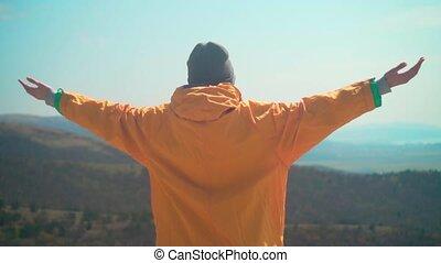 gris, elle, cadre, freedom., jeune, jaune, dos, veste, bras, casquette, girl, signe, élévation