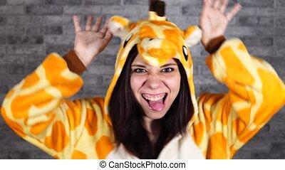 gris, enfants, fou, émotif, formulaire, portrait, rigolote, giraffe., fond, brique, femme, pyjamas, nuit sorcières parti, suit., homme, parties., animator, déguisement