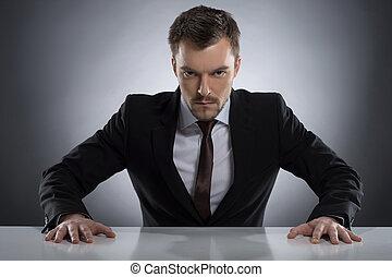 gris, fâché, séance, jeune, formalwear, isolé, regarder, quoique, appareil photo, table, autoritaire, man., homme