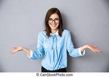 gris, femme affaires, sur, demander, fond, sourire, geste