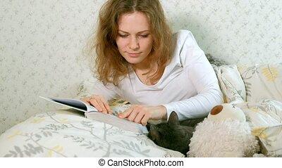 gris, femme, elle, chat, suivant, livre, lecture, lit, mensonge