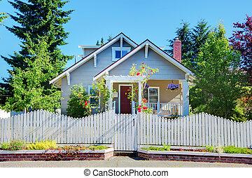 gris, pequeño, lindo, casa, con, cerca blanca, y, gates.