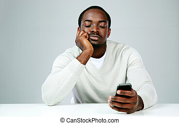 gris, smartphone, songeur, fond, africaine, utilisation, homme