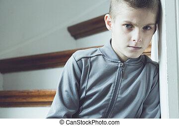 gris, solitaire, escalier, garçon, veste, à côté de, sérieux
