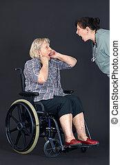 gritado, ser, abuso, anciano, mujer, enfermera, 3º edad