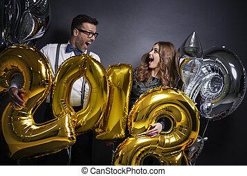 gritando, amigos, segurando, ano novo, balões
