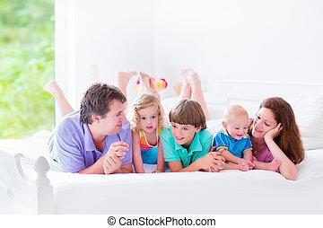 groß, bett, familie, glücklich