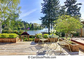 groß, deck, mit, stühle, und, bewässern see, view..