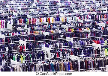 groß, kleidungsgeschäft, viele, reihen, mit, kleiderbügel, vielfalt, von, größen