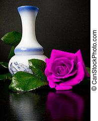 groß, rose, neben, a, weißes, dekoriert, blumenvase