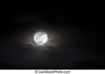 groß, silber, glühen, mond, nahaufnahme, auf, dunkel blau, himmelsgewölbe, mit, zerstreut, clouds.