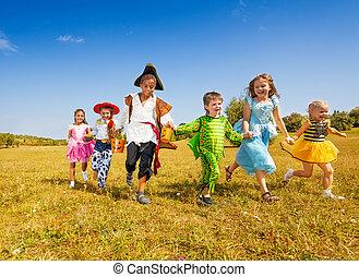 große gruppe, von, kinder, in, halloween, kostüme, laufen