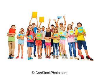 große gruppe, von, schule, kind, stehende , mit, notizbücher