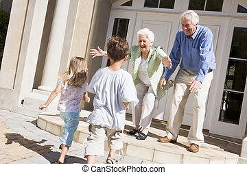 großeltern, begrüßen, enkelkinder