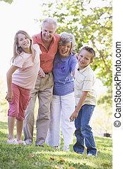 großeltern, lachender, mit, enkelkinder