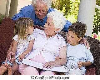großeltern, lesende , zu, enkelkinder