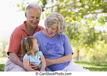 großeltern, mit, enkelin, park