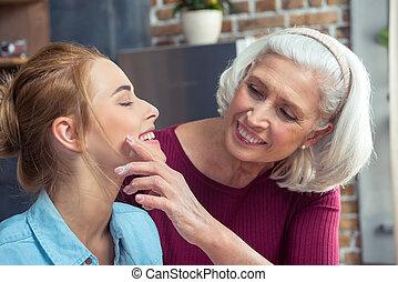 großmutter, enkelin, glücklich