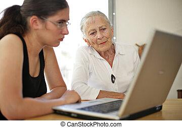 großmutter, enkelin, laptop.