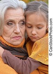 großmutter, enkelin, traurige