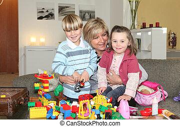 großmutter, legosteine, spielende , enkelkinder, glücklich