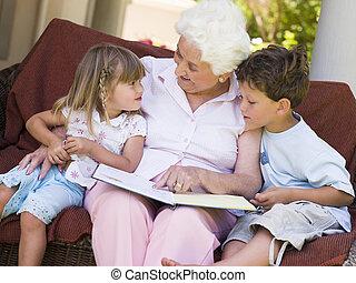 großmutter, lesende , zu, enkelkinder