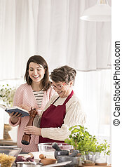 großmutter, rezepte, enkelin, lesende