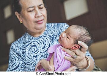 großmutter, sie, auf, neugeborenes, halten ende, enkelin