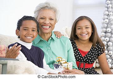 großmutter, sitzen, mit, sie, zwei, enkelkinder, a, christm