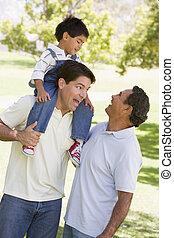 großvater, mit, erwachsener, sohn, und, enkelkind