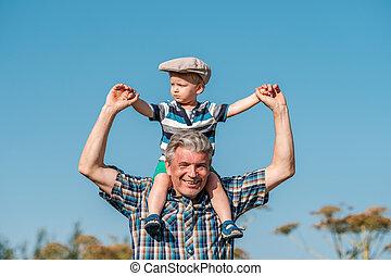großvater, trägt, enkel, kleinkind, junge, auf, seine, schultern