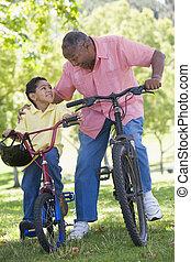 großvater, und, enkel, auf, fahrräder, draußen, lächeln