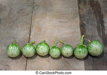 groene, aubergine, op, de, hout, tafel, achtergrond