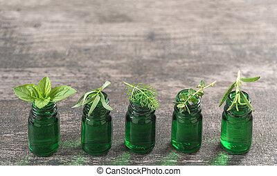 groene, fles, van, essentiële olie, met, verse kruiden, en, medicinaal, planten