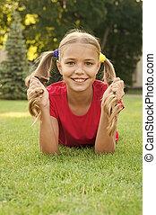groene, geitje, schoolgirl., meisje, happy., hairstyle, hebben, fun., vrolijk, het leggen, gezonde , schattig, relax., maakt, genieten, pupil, kind, het glimlachen, outdoors., ponytails, emotioneel, grass., wat, relaxen, vrolijke