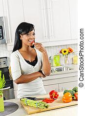 groentes, vrouw, jonge, keuken, proeft