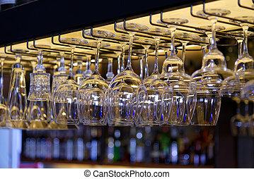 groep, balken, metaal, hangend, bar, bril, lege, wijntje