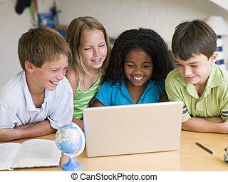 groep, draagbare computer, jonge, hun, kinderen, huiswerk