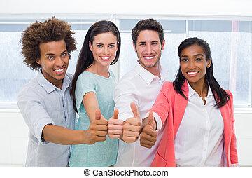 groep, geven, werkmannen , op, fototoestel, duimen