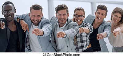 groep, glimlachende mensen, wijzende, fototoestel, vrijstaand, -