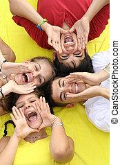 groep, het schreeuwen, tieners, het zingen, of, vrolijke
