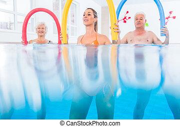 groep, in, water, lichamelijke behandeling, opleiding