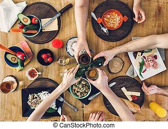 groep, mensen, bovenzijde, drank, voedingsmiddelen, aanzicht, tafel, zittende , het genieten van